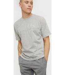 calvin klein jeans lava dye tee t-shirts & linnen grey