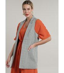 colete feminino longo estampado xadrez com bolsos kaki