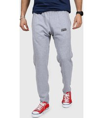 pantalón gris converse