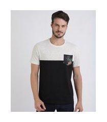 camiseta masculina com recorte e bolso estampado de folhagens manga curta gola careca off white