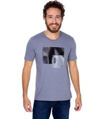 camiseta masculina estampa pinceladas cinza