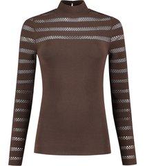 bruine dames top met hoge hals nikkie - kacy top - n7-483 1905 5506