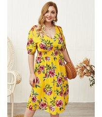 vestido fruncido de media manga con cuello en v y estampado floral amarillo