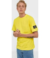 calvin klein jeans monogram sleeve badge reg tee t-shirts & linnen solar