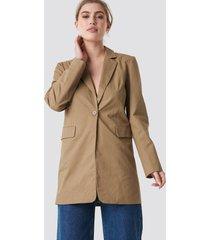 na-kd long padded shoulder blazer - beige