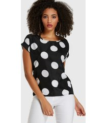 blusa de manga corta negra con lunares redondos cuello