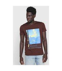 camiseta colcci artistica marrom/azul
