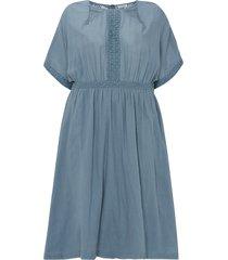 rak klänning med brodyr och spetsdetaljer