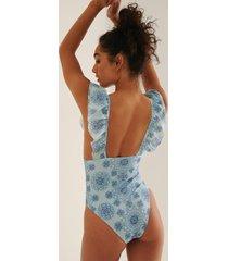 na-kd swimwear baddräkt med djup ringning och volang - multicolor