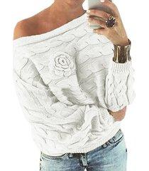 suéter blanco con hombros descubiertos y manga dolman