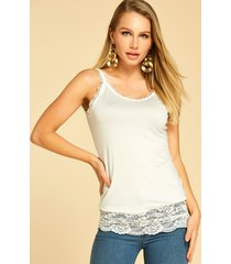 camiseta sin mangas blanca con dobladillo de encaje y ribete de pestañas