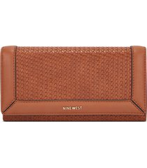 billetera file clutch clare nine west para mujer café