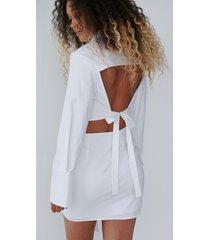 angelica blick x na-kd skjorta med öppen rygg - white