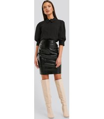na-kd trend embossed croco pu skirt - black