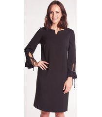 czarna sukienka wizytowa z falbankami przy rękawach