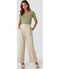 na-kd trend folded pants - beige