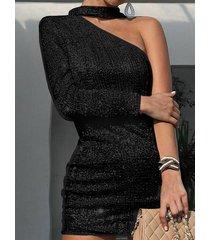 vestido de manga larga adornado con lentejuelas de un hombro negro