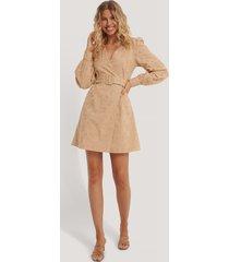 na-kd boho anglaise overlap dress - beige