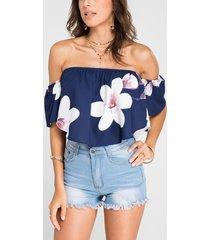 top corto azul marino con hombros descubiertos y estampado floral al azar