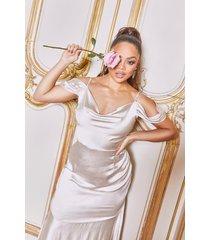 grote satijnen maxi jurk met open schouders, blush