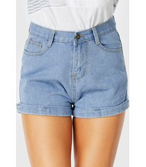 pantalones cortos de mezclilla azul claro con bolsillos con botones y cremallera