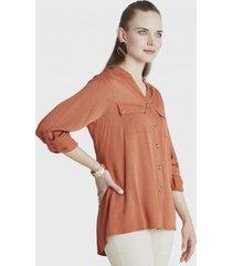 blusa manga larga con botones y bolsillos terracota curvi