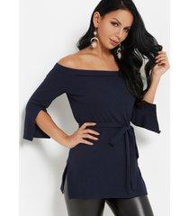 blusa de manga larga con hombros descubiertos y lazo azul marino diseño