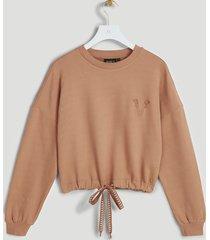 de josh v shay trui is gemaakt van een zachte sweatstof. de cropped sweater heeft een losvallende pasvorm en is te stylen door middel van het trekkoord. op de borst is het kenmerkende v-borduursel te vinden. maak je outfit compleet met de bijpassende jv phili broek. tip: knoop het koord vast, voordat je het item wast. - test