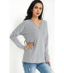 camiseta gris con cuello en v diseño fashion