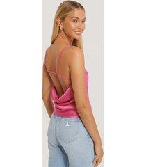 misslisibell x na-kd topp med axelband och öppen rygg - pink