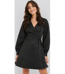na-kd trend quilted overlap satin dress - black