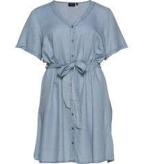 denim dress plus short sleeves v neck knälång klänning blå zizzi