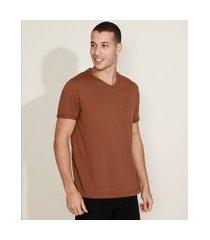 camiseta masculina básica com bolso gola careca gola v marrom