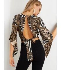 top corto con estampado de leopardo y manga de campana con espalda abierta