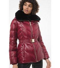 mk giacca motivo trapuntato chevron con cintura e finitura in pelliccia sintetica - dark brandy - michael kors