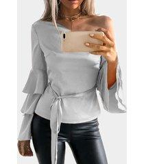 blusa gris con mangas acampanadas y volante de un hombro con cinturón