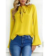 blusa amarilla con diseño de corbata