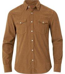 skjorta barstow western slim shirt från levi's i smalspårig manchester. tryckknappar i pärlemorlook. två bröstfickor med knäppbara lock och två tryckknappar i ärmsluten.