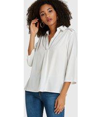 blusa con cuello de rebeca diseño white hollow