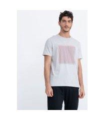 camiseta manga curta em algodão estampa localizada geométrica | request | cinza | g