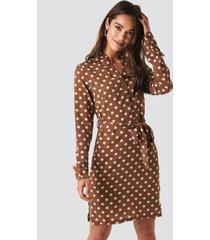 na-kd dotted tie waist slit dress - brown
