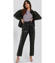 na-kd trend tie waist pu pants - black