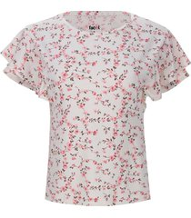 camiseta floral con arandelas