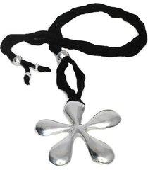 collar de mujer plateado  jersey negro  fleur bombe special by vestopazzo