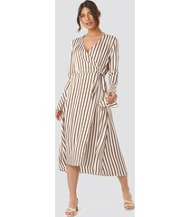 na-kd trend striped wide long sleeve dress - white
