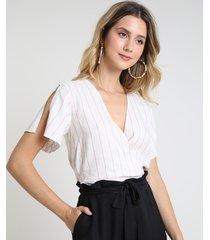 blusa feminina cropped transpassada listrada manga curta decote v off white