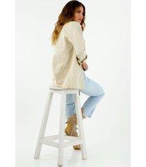 chaqueta de mujer oversized color crudo con bordado en la espalda.