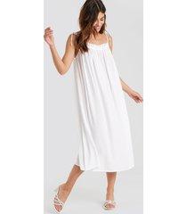 na-kd boho flowing straight neck midi dress - white