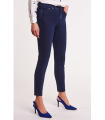 ciemnoniebieskie, piaskowane jeansy pamela
