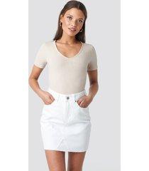na-kd short raw hem denim skirt - white